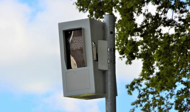 De camera in de flitspaal aan de Stationsweg in Barneveld is inmiddels gemonteerd.