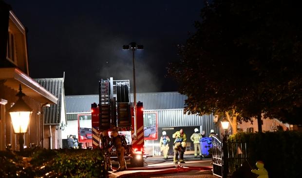 De brandweer forceerde met een kettingzaag een opening in de roldeur van de loods.