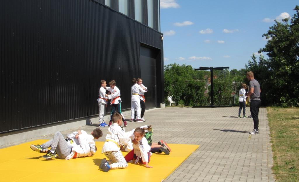 Les geven op afstand heeft zo zijn beperkingen. Hoe doe je een kata-waza (schouderworp) voor zonder aan te raken?  Patrick Muusz © BDU media