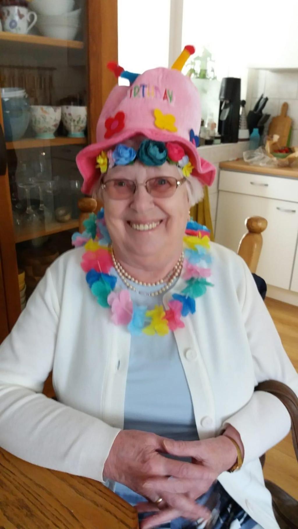 Zus Bertha zit startklaar voor het Zoomfeestje Marjanne Willemsen © BDU media