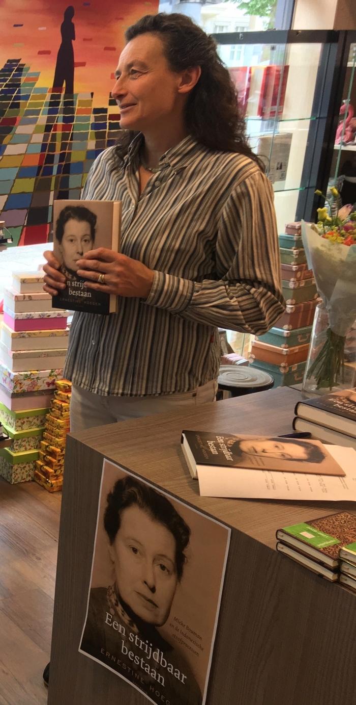 Ernestine Hoegen tijdens een signeersessie