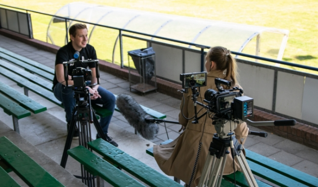 Moran van der Wal aan het werk tijdens een interview voor de videoserie 'Ede helpt een handje bij...'