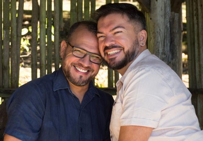 Sergio Montealegre (L) en zijn man Manuel.