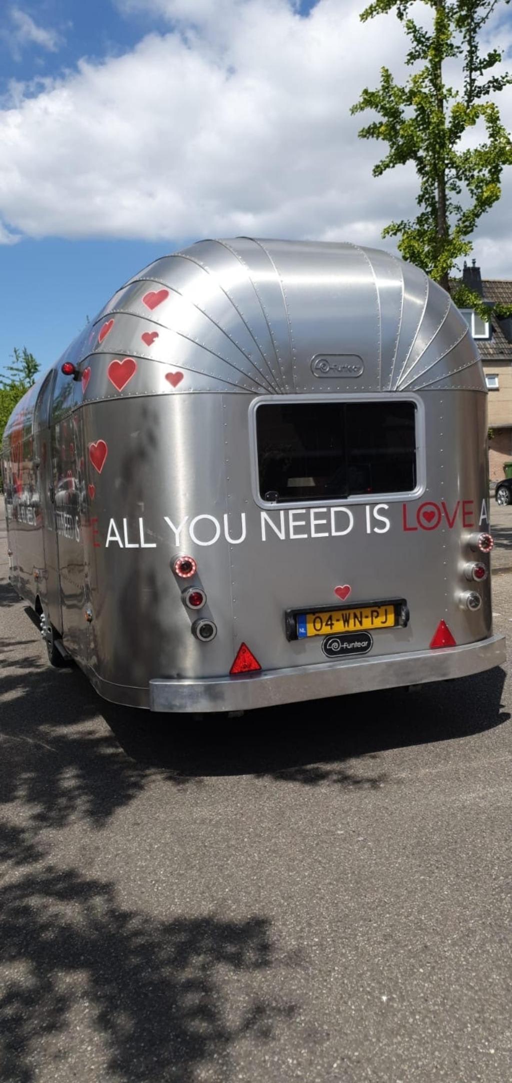De bus van All You Need is Love. pr © BDU media