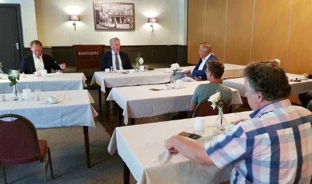 Raadsleden van partijen die voor de fusie met Barneveld zijn, wilden het voor hen goede nieuws persoonlijk horen. Ze schoven aan bij de persconferentie.
