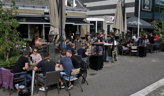 <p>Vol terras bij café Polderboom</p>