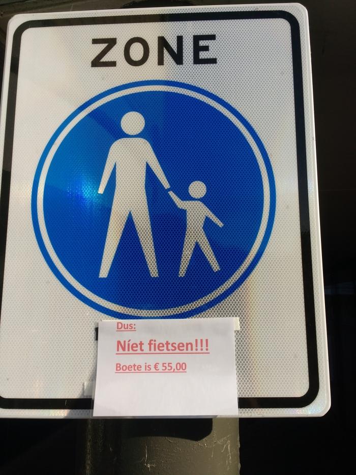 Het verkeersbord met extra onderschrift