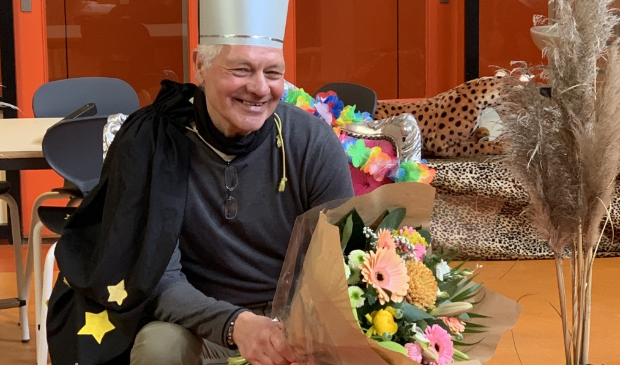 Huib de Moor wordt bij het afscheid door zijn collega's flink in de bloemen gezet.
