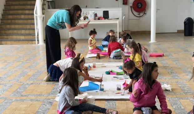 De kinderen gaan enthousiast aan de slag met de opdrachten.