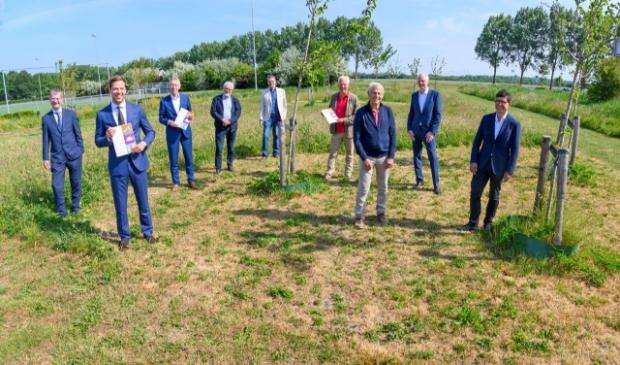 Wethouder Jurgen Nobel (tweede van links) met alle betrokkenen bij het project.