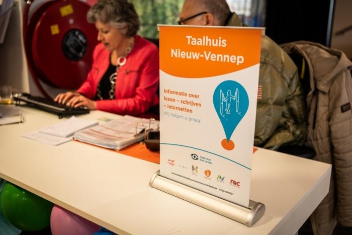 Taalhuisvrijwilliger in Nieuw-Vennep helpt een taalvrager.