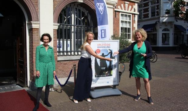 Onthulling Vrijheidswandeling. Vanaf links:  Caroline Weill-Cupin, VVV Haarlem, Anne-Marije Hogenboom, directeur Haarlem Marketing en Marjan Gielen, Bevrijdingspop.