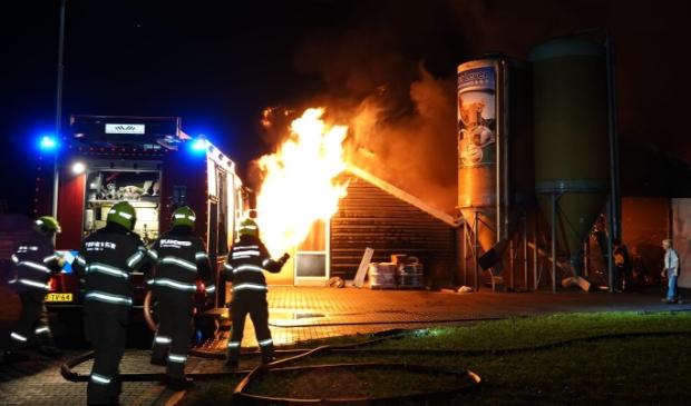 <p>Archieffoto van een brand in pluimveestallen aan de Donkervoorterweg in Barneveld in mei 2020.</p>