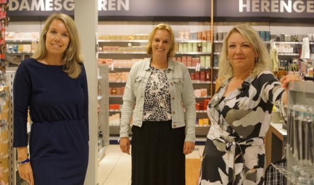 Nicolette van Ravenhorst, Nathalie Heilbron en Bertha van Dusschoten van de DA drogisterij Paasbos. Op de foto ontbreken Anja Verschoor en Elena van de Broek.
