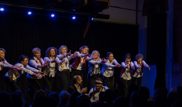 Vocal Group Esperanto op het podium. Marieke Verheijden is de tweede van rechts.