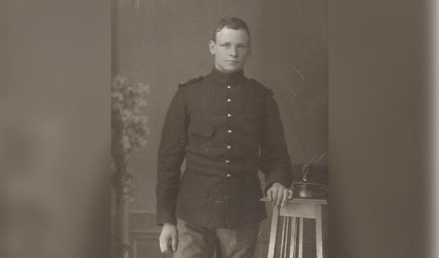 Adriaan Beeke in politie-uniform.