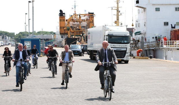 Minister Ferdinand Grapperhaus op de fiets door IJmuiden.