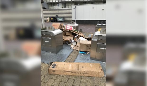 <p>De burgemeester maakte deze foto bij ondergrondse afvalcontainers in de stad</p>