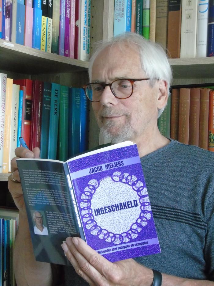 De schrijver bekijkt de eerste uitgave van zijn dichtbundel.