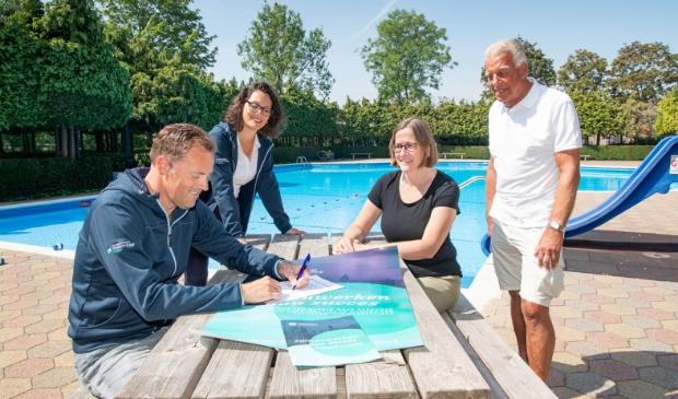 CPG tekent voor de tiende keer als hoofdsponsor. V.l.n.r. Constanz Bothof, Anne Goddijn (CPG Nederland), Wilma van Elzelingen en Henk van Kleij (De Tobbe)