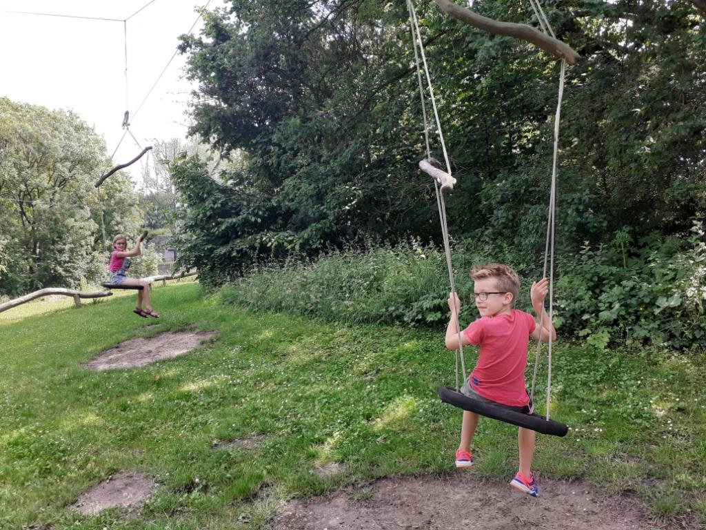 Onderweg komen de kinderen leuke hindernissen tegen Agnes Corbeij © BDU media