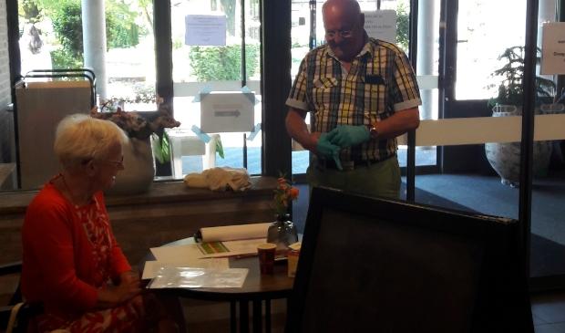 Vrijwilligster Geke van der Jagt van Neboplus ontvangt de heer Van Veldhuizen die zijn 94 jarige tante bezoekt.