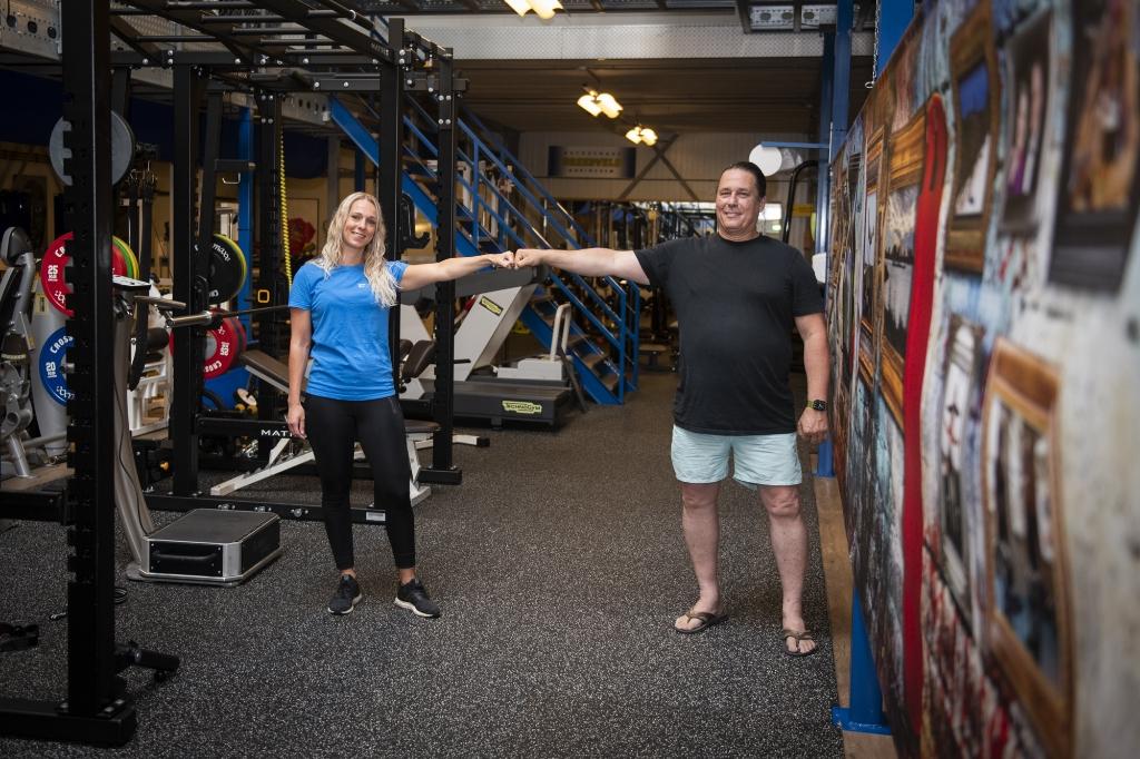 Peter Brandwijk en Charlotte Korevaar op anderhalve meter afstand in de sportschool. Suzanne Heikoop © BDU media