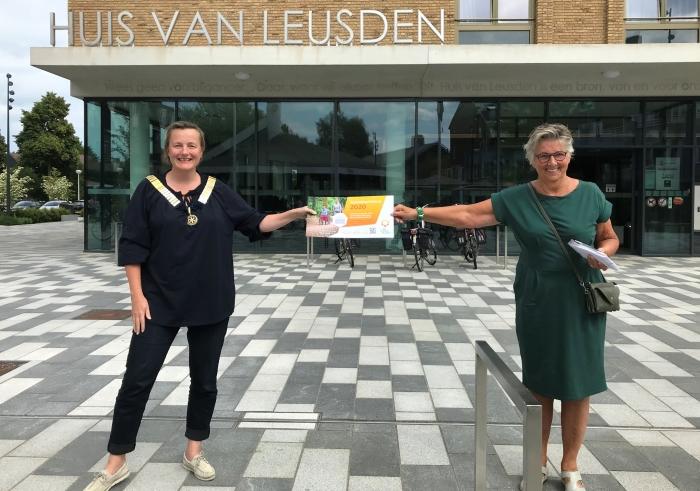 Voorzitter Rotary Vera Verburgt en Voorzitter a.i. Thea Maas verzinnen hashtag alternatievecollecte
