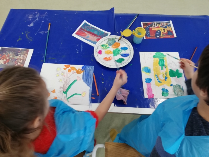 kinderen die schilderen