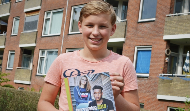 De 14-jarige Lucas ontving als jongste donateur het eerste exemplaar van het jaarverslag 2019.