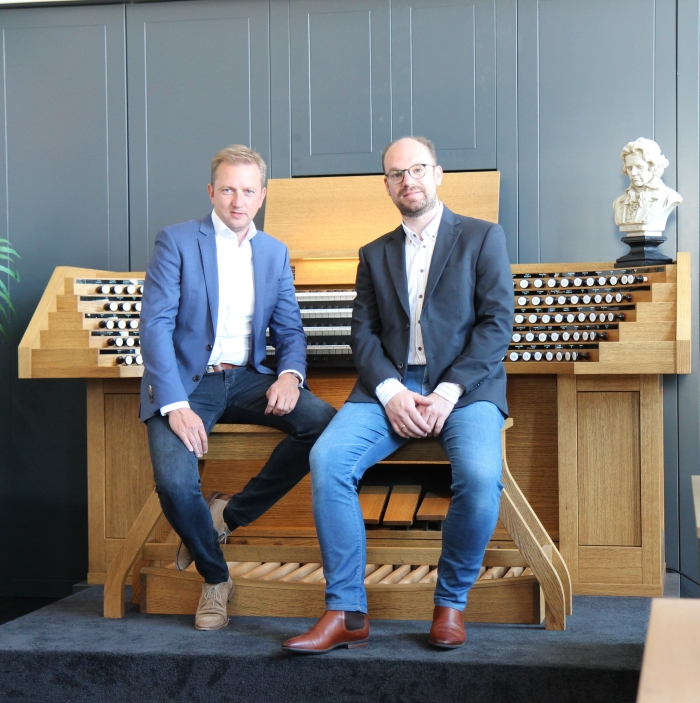 Lennert Knops (links) en Kees Noorlander voor het Cavaillé-Coll-orgel