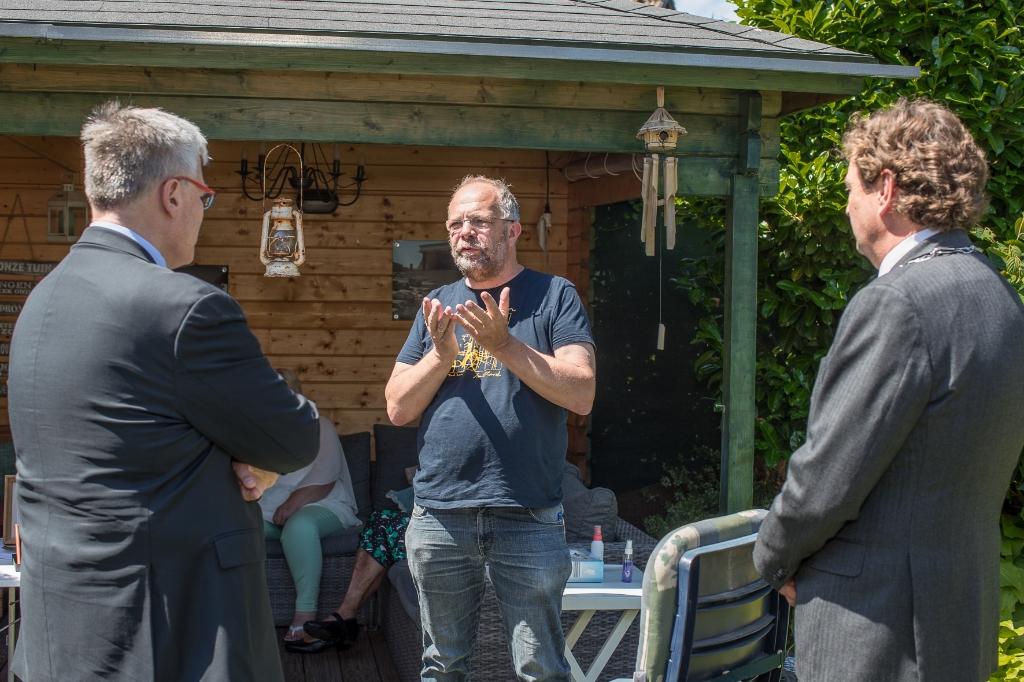 De Bennekomse historicus Kees Heitink in gesprek met ambassadeur Naor Gilon en burgemeester René Verhulst. Ted Walker © BDU Media