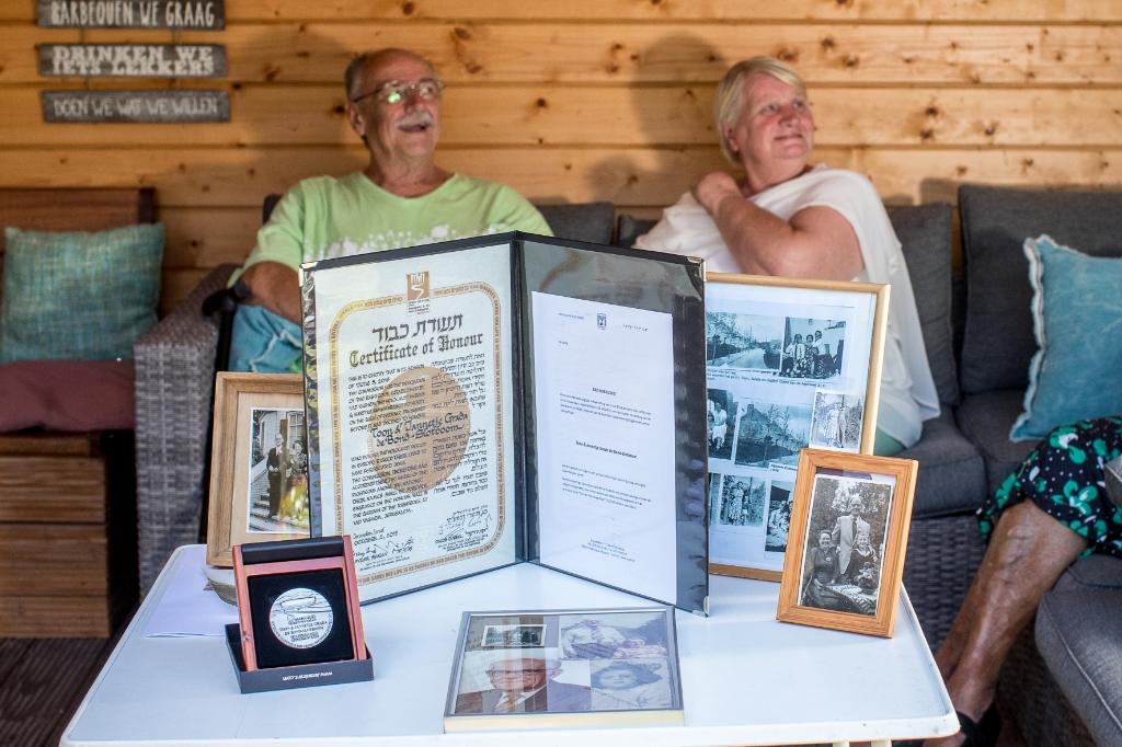 Wouter de Bond, zoon van Toon en Jansje, en zijn vrouw Berta. Op de voorgrond de Yad Vashem-medaille, de oorkonde en foto's uit de oude doos. Ted Walker © BDU Media