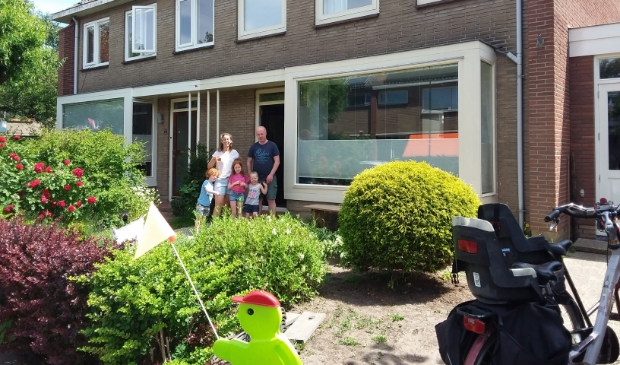 <p>Bewoners van de Oranjebuurt voor hun woning</p> Energie Coöperatie Bunnik © BDU media