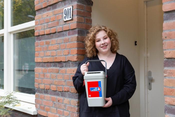 vrouw met collectebus KWF © BDU media