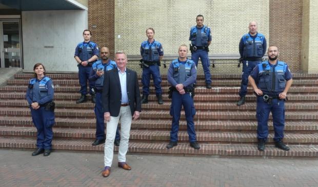 De Velsense boa's met bodycam en burgemeester Frank Dales.