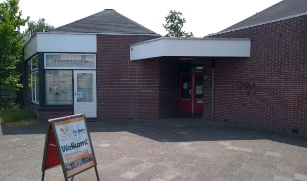 In de De Smederij -gevestigd in de voormalige basisschool Kinderland- zit ook buurthuiskamer De Bron.