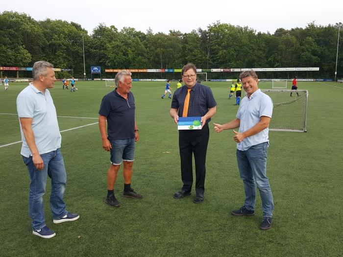 John Hoebe, Leo Rauch, Hans Buitenhuis (KNVB) en Ries de Jong bij de uitreiking van het certificaat