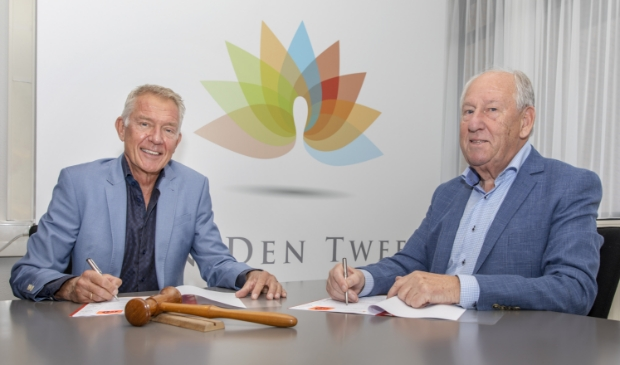 Nico Fiegen (links) en Gerard van den Tweel tekenden vandaag het sponsorcontract tussen Sparta Nijkerk en Van den Tweel Vastgoed. ARJEN GERRITSMA © BDU Media