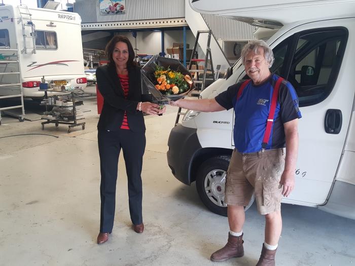Wethouder Kundic zet Jan van Zal in de bloemen