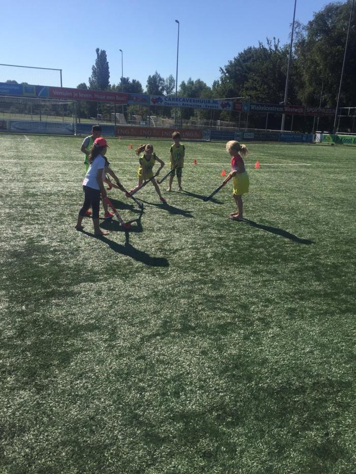 Gratis hockeylessen voor leerlingen van De Westwijzer MHC Amstelveen © BDU media