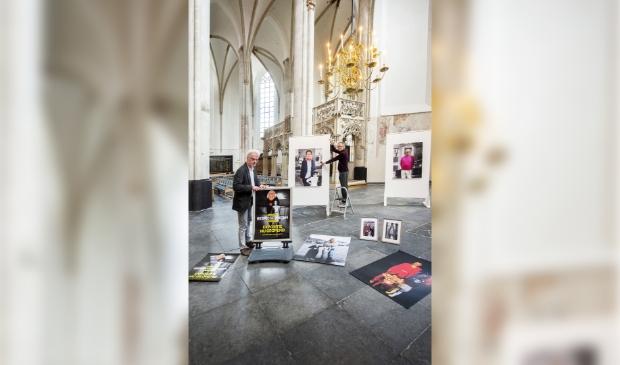 Jan van der Meulen en Koos van Noppen bij de proefopstelling van 'Bespiegelingen' in de Sint-Joriskerk.