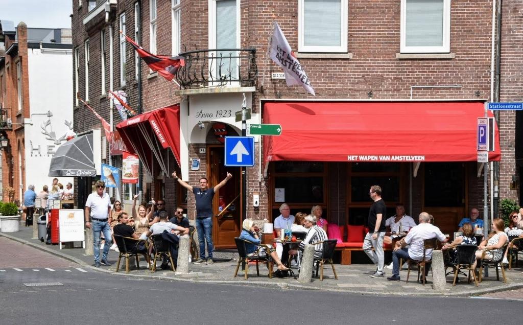 Medewerkers en bezoekers van het Wapen van Amstelveen zijn blij met de opening van het terras. Joop Touw © BDU media