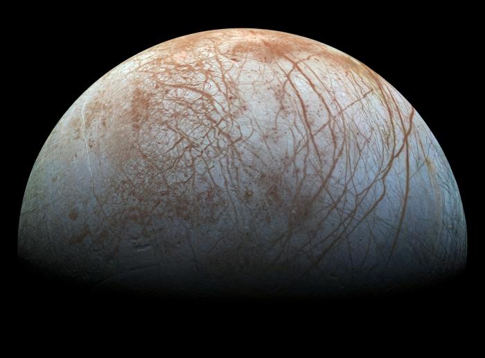 De maan Europa van Jupiter heeft een kilometers dikke ijskorst die drijft op een zoutwateroceaan. Hoe dat kan leer je in de cursus 'Leer het heelal begrijpen'.  NASA/JPL © BDU media