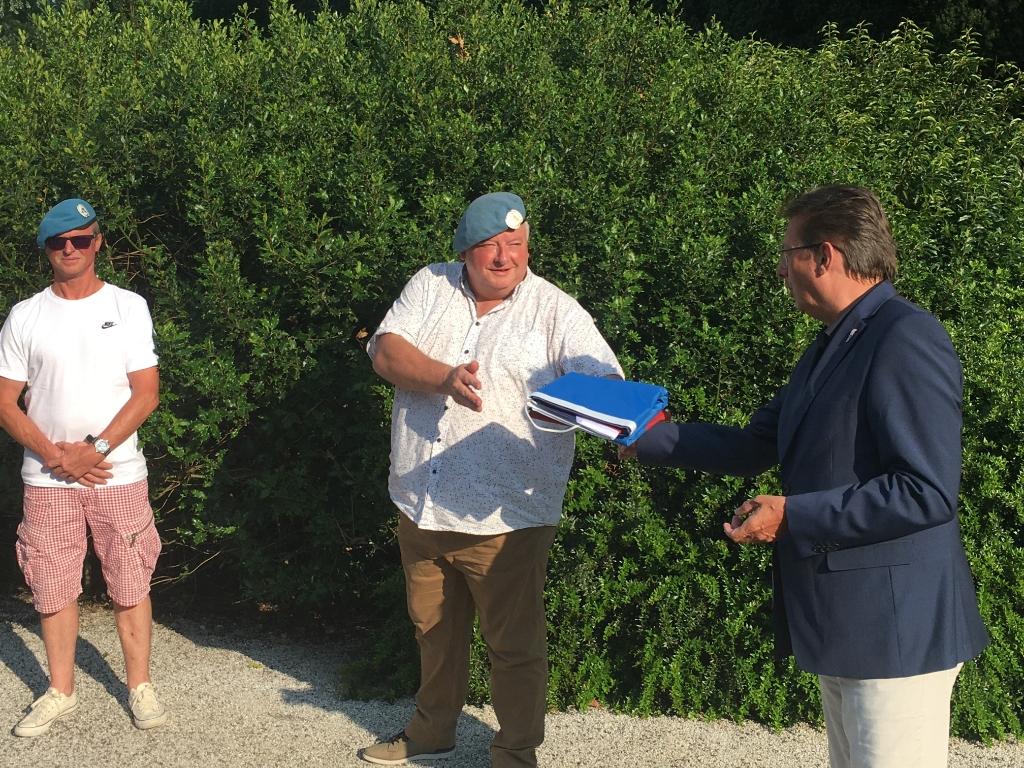 Stichting Amstelveen Oranje voorzitter Frank Kuyper overhandigt de veteranenvlag aan veteraan Leo Barlag. Stichting Amstelveen Oranje © BDU media