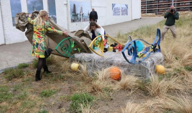 Kunstenaar Donna Corbani onthult samen met wethouder Verheij het object