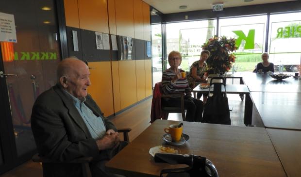 Joop Vermeulen vond het fijn om weer De Sociëteit te kunnen bezoeken. Op de achtergrond Sonja Geerts en Sylvia van Herk.