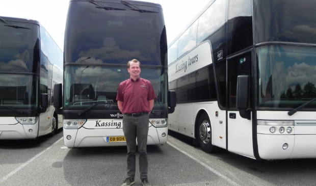 Directeur Hans Veenbrink voor de bussen die geschorst zijn om de schade te beperken.