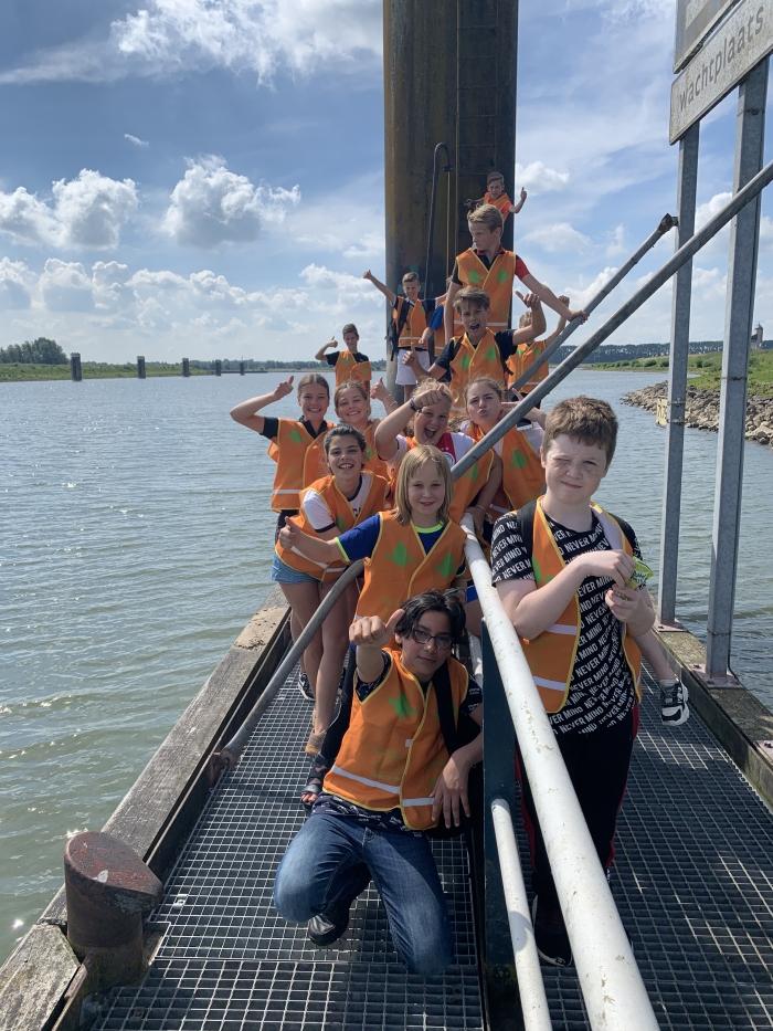 Kinderen van De Horn bij de monding van het Amsterdam Rijnkanaal bij Tiel