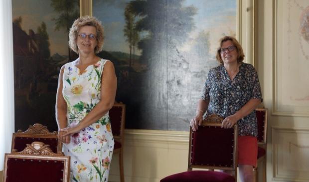 Petra van Reenen en Yvonne ten Boden (r) in de aangepaste trouwzaal.